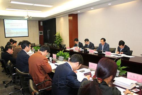 地管委会主任陈长春向问局长一行介绍航天基地总体规划图