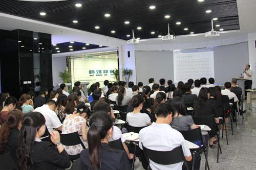 科技大市场召开全体员工大会 提升服务意识